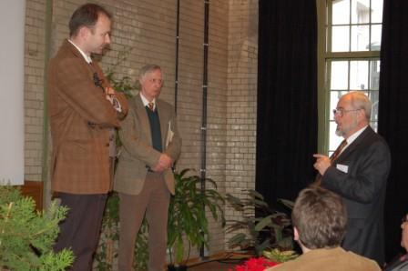 Dieses Foto zeigt Herrn Prof. Becker und Prof. Meuser bei einer Diskussion