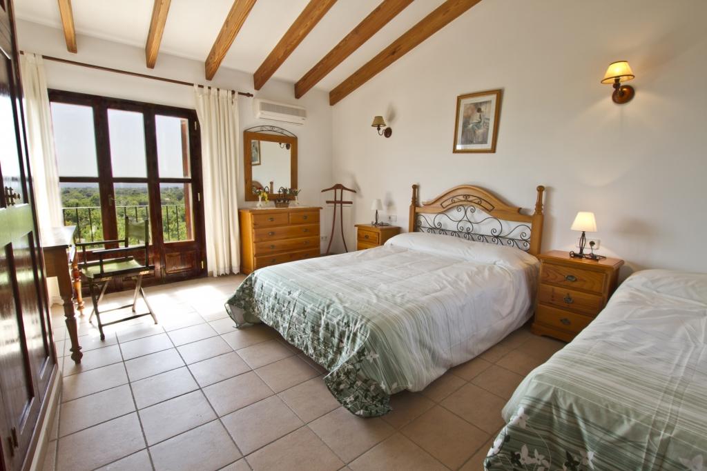 Diese Fantastische, Rustikale Und Komfortable Finca Liegt Bei Búger. Auf  Zwei Ebenen Bietet Ihnen Diese Gemütliche Finca Drei Komfortable  Schlafzimmer Und ...